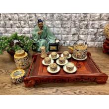 Bộ trà Bát Tràng khắc nổi hoa mẫu đơn dáng vại quai đồng