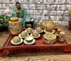 Bộ trà Bát Tràng khắc nổi hoa mẫu đơn dáng chân cao